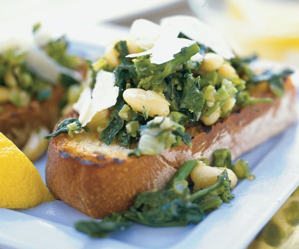 broccoli-raab&cannellini-beans-voer-garlic-bread-BestRecipeFinder.com